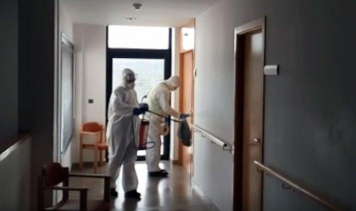 Labores de desinfección de la UME en una residencia de la provincia. /Subdelegación