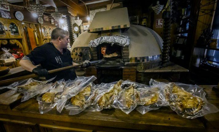 Lechazos recién sacados del horno para su comercialización. /RdV