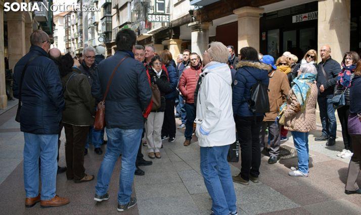 Un grupo de turistas en la calle El Collado, en la capital soriana. /SN