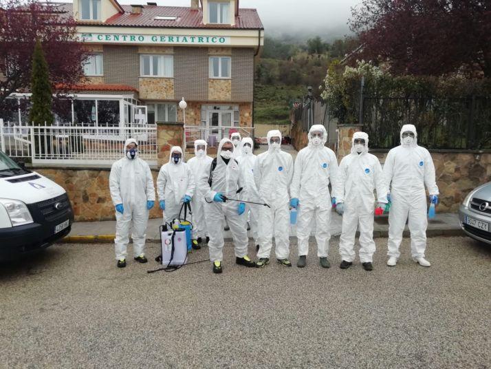 Foto 1 - Los agentes en prácticas de Policía Local también se suman a la desinfección coordinada por el Parque de Bomberos
