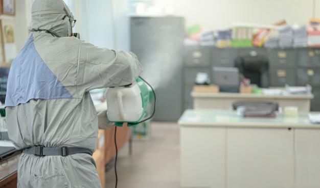 Desinfección de una oficina como medida de prevención.
