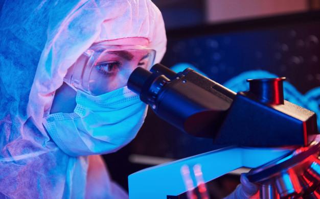 Mujer trabajando en un laboratorio.
