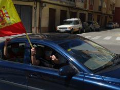 """Decenas de vehículos, mucha bandera de España y algún grito de """"fachas"""" desde"""