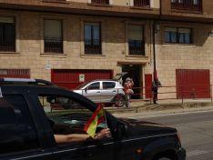 """Foto 6 - Decenas de vehículos, mucha bandera de España y algún grito de """"fachas"""" desde los balcones"""