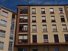 """Foto 5 - Decenas de vehículos, mucha bandera de España y algún grito de """"fachas"""" desde los balcones"""