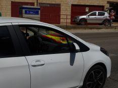 """Foto 3 - Decenas de vehículos, mucha bandera de España y algún grito de """"fachas"""" desde los balcones"""