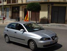 """Foto 2 - Decenas de vehículos, mucha bandera de España y algún grito de """"fachas"""" desde los balcones"""