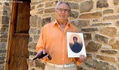 Vicente Marín, con un retrato de Manzanares y una pistola encontrada en el cementerio de Estepona donde falleció el héroe.