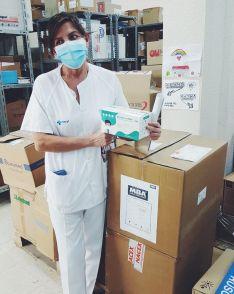 Los sanitarios reciben el material adquirido.