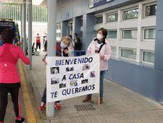 Fernando sale del hospital rodeado de familiares y amigos.