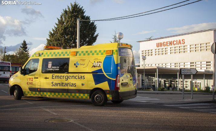 Una ambulancia en las inmediaciones del Santa Bárbara. /María Ferrer