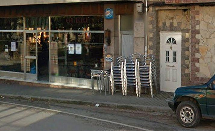 Sillas y mesas apiladas en un establecimiento de hostelería de la localidad. /GM