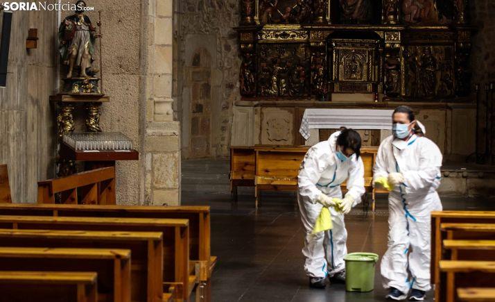 Labores de desinfección y limpieza en un templo soriano. /Viksar Fotograría
