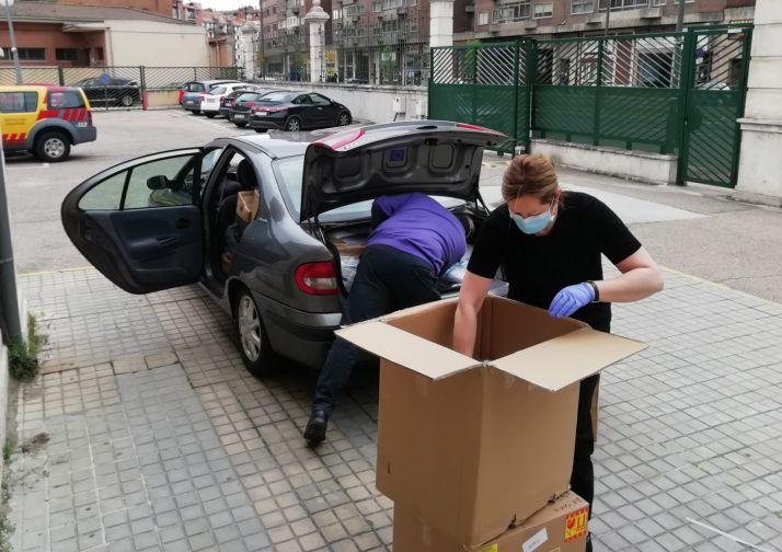 La directora de la Agencia de Protección Civil de la Junta de Castilla y León, Irene Cortés, cargando el coche de material con destino a Soria