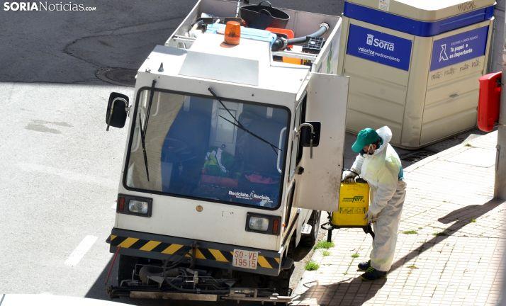 Un empleado del servicio municipal de limpieza en labores de desinfección viaria este lunes. /SN
