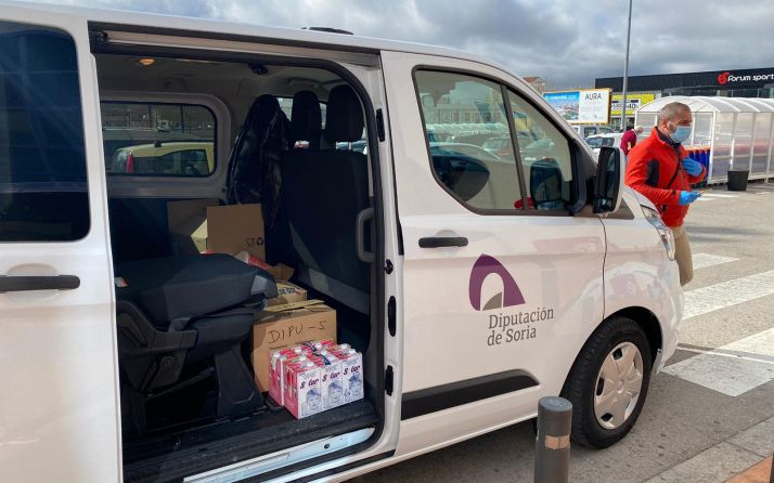 Un operario de la Diputación con un vehículo en labores de distribución de alimentos. /Dip.