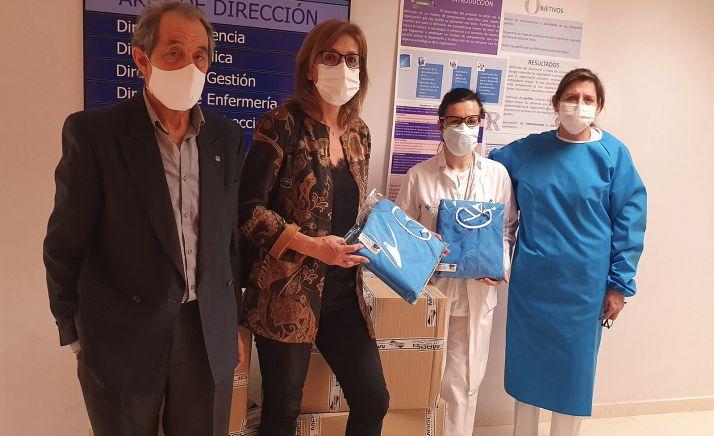 Miembros de la hermandad y personal del hospital en la donación del material. /HDS