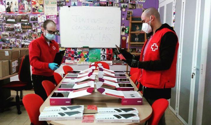 Dos técnicos de Cruz Roja Soria valoran el estado de las tablets.