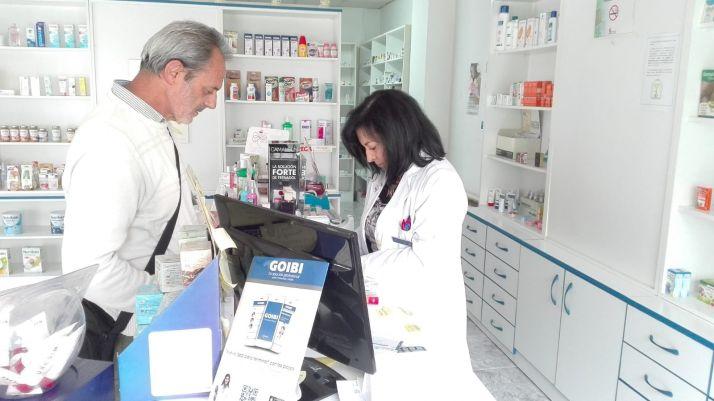 Farmacia de Cabrejas del Pinar con la farmaceútica Juana Estebaranz.