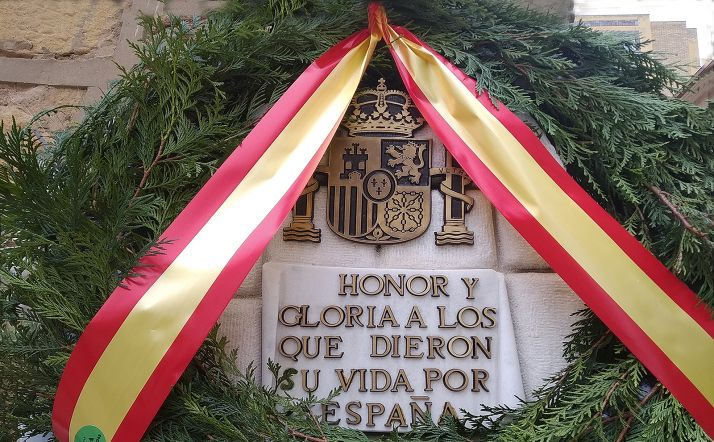 Una corona en la placa de la Comandancia que recuerda a quienes dieron su vida por España. /SN