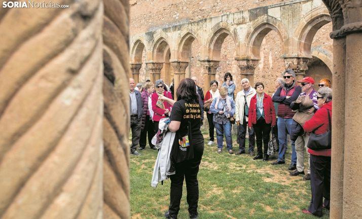 Una guía de turismo mostrando los Arcos de San Juan de Duero, en la capital. /SN