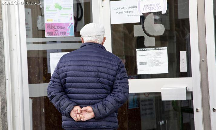 Un jubilado en la entrada del centro de salud Soria Norte, en la capital. /María Ferrer