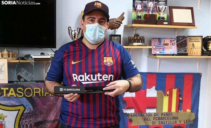 Mateo Blázquez, en la peña soriana, con el obsequio de los seguidores barcelonistas de la región. /SN