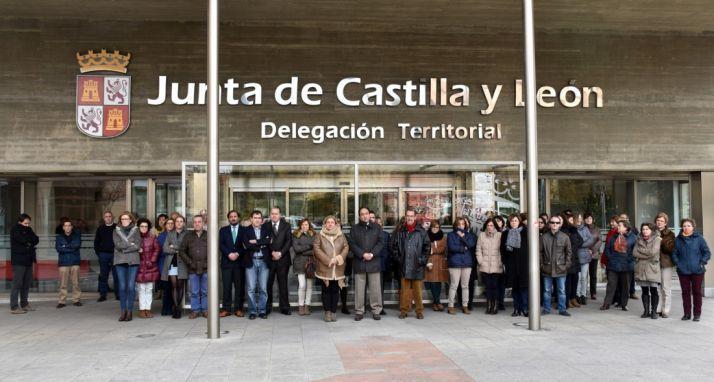 Imágen de archivo de un minuto de silencio a las puertas de la delegación de la Junta en Soria.
