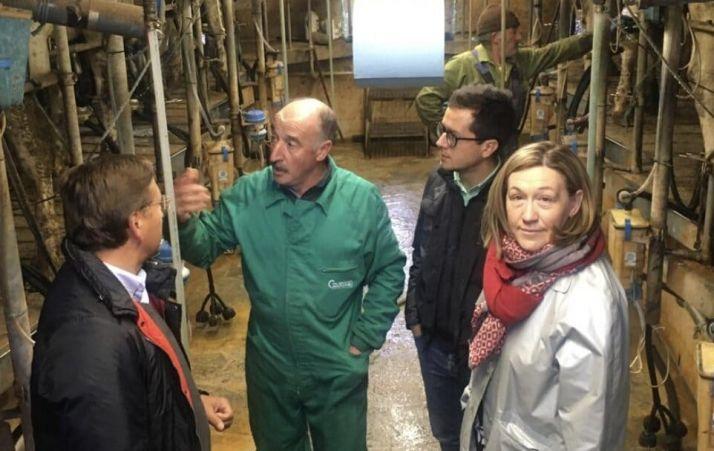 Los parlamentarios populares conversan con un ganadero.