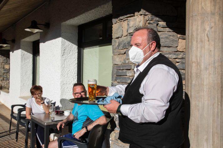 Un camarero sirve una cerveza en Ólvega. /María Ferrer