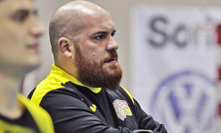 El entrenador en un partido del BM Soria. /CBMS
