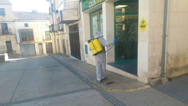 Un trabajador municipal ayuda a las tareas de desinfección.