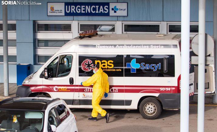 Una ambulancia en la entrada de Urgencias del Santa Bárbara. /Viksar