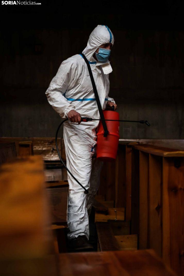 Labores de limpieza y desinfección en el templo de El Salvador, en la capital. /Viksar Fotografía