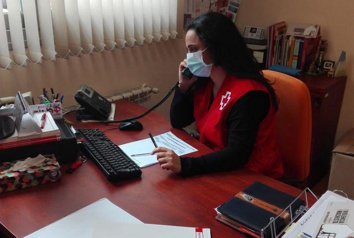 Una profesional del servicio Cruz Roja Te Escucha.