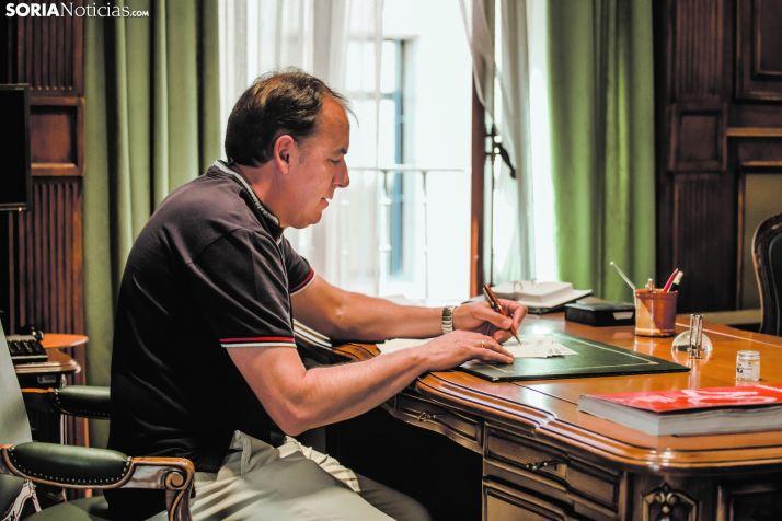 Benito Serrano, presidente de la Diputación, trabaja en su despacho.
