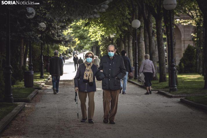 Una pareja de sorianos dando un paseo por la Dehesa. /Viksar Fotografía