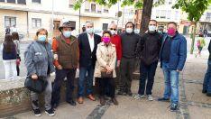 Un grupo de aficionados, con Palomar en el centro, en la concentración. /Adolfo Sainz