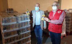 Miguel Latorre (izda.), y Modesto Fernández, este martes en el almacén de alimentos de Cruz Roja.