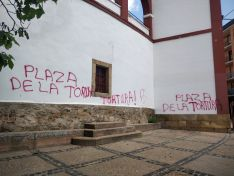 Pintadas antitaurinas en la plaza de toros de Soria