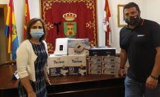La alcaldesa de Ólvega, Elia Jiménez y el presidente de la agrupación, Ruymán Domínguez, en la entrega del material en la localidad. /Dip.