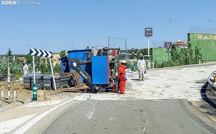 Vuelca en Cadosa un camión que transportaba abejas