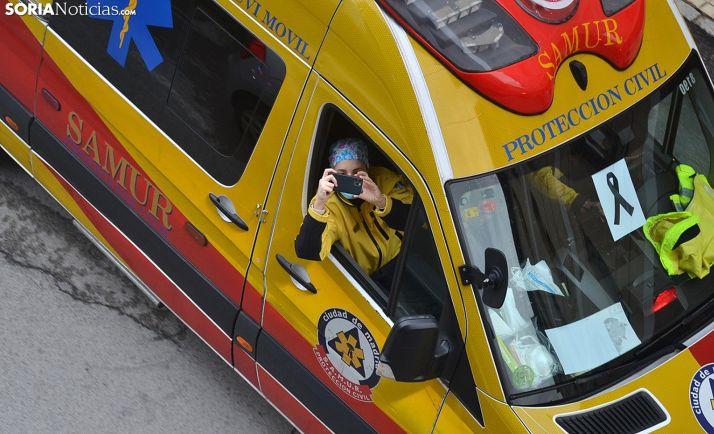 Una sanitaria del SAMUR en una ambulancia durante una de las caravanas de las ocho de la tarde. /SN