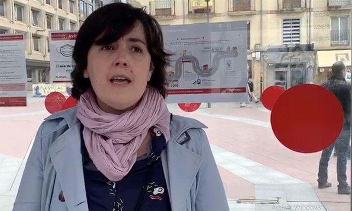 Ana Alegre, este martes en la marquesina del bus en Mariano Granados. /Ayto.