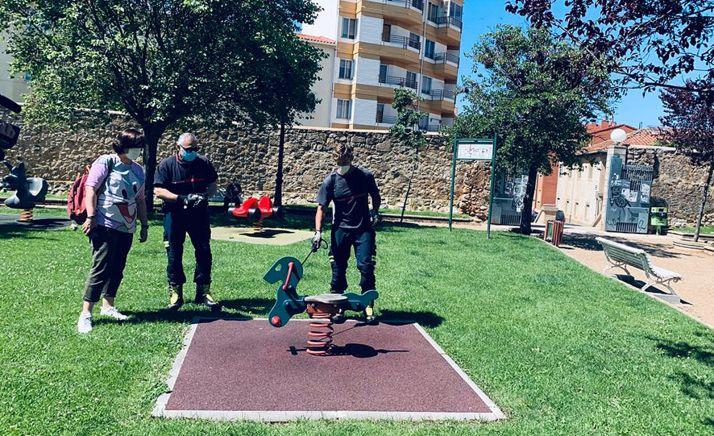 Bomberos en labores de desinfección del parque de Santa Clara, en la capital. /Ayto.