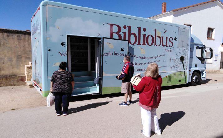 El bibliobús este lunes en Villálvaro. /Dip.