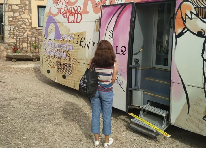 Una usuaria del bibliobús espera su turno en Retortillo. /Dip.