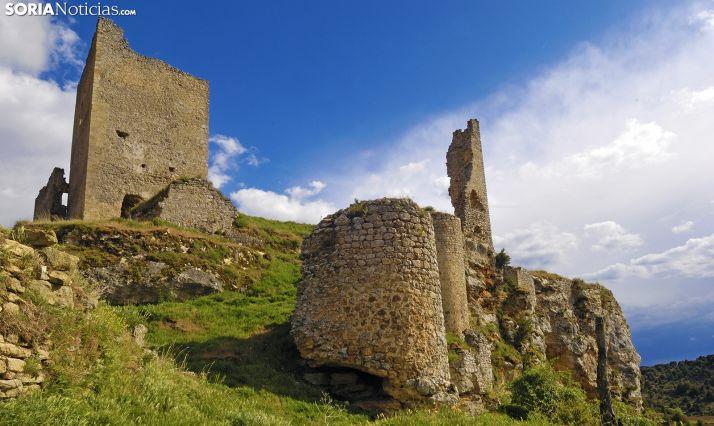 Cielo azul y nubes sobre el castillo de Calatañazor. /Josepcurto