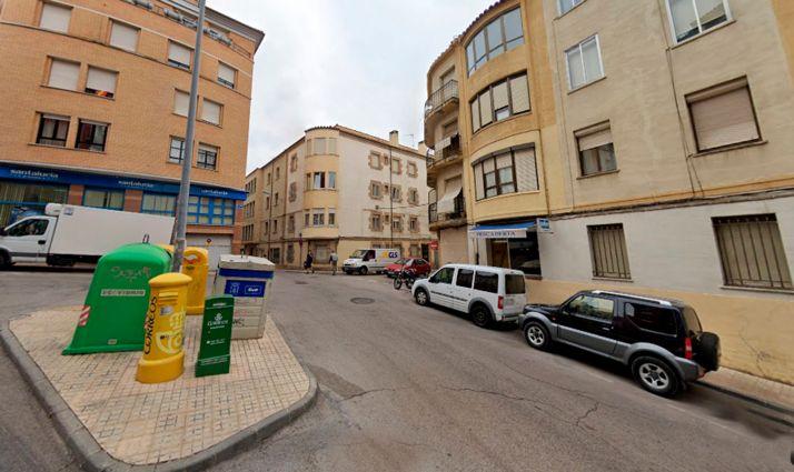 Foto 1 - Trasladado al hospital tras descolgarse de la fachada de un edificio