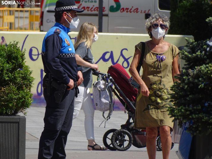 Un policía local vela por la normalidad en Mariano Granados.